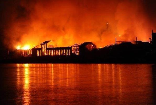 Bruciano i palazzi e le coscienze