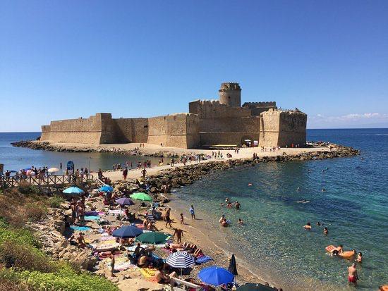 Calabria, a volte ritornano (e non i migliori): il boss in spiaggia, la riverenza e i vassoi di frutta